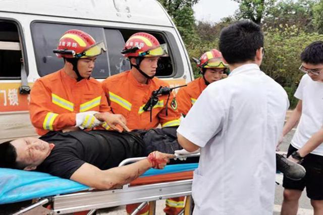 """驾驶员被""""卡""""面包车 长沙消防紧急救援"""
