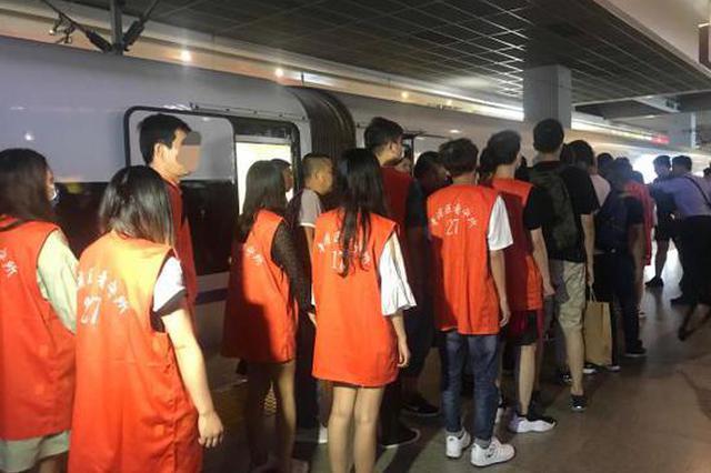 假扮女网友骗男玩家游戏充值 两百余嫌疑人被警方押解回沪