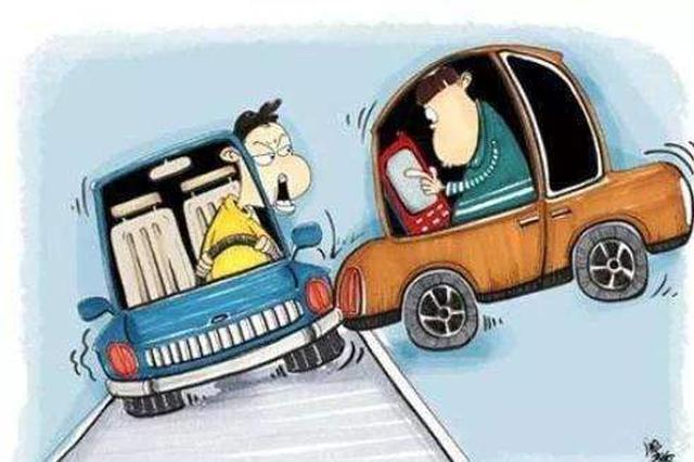 """""""开车打手机""""是违法行为 常德交警今年开出7000多张罚单"""