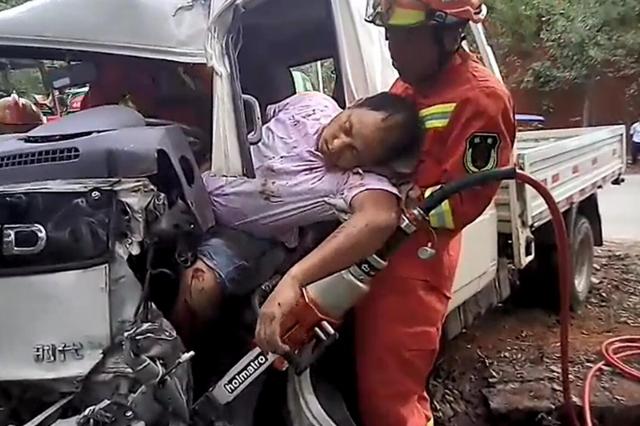 万幸!郴州一货车失控险些冲下山崖 被一棵树挡住