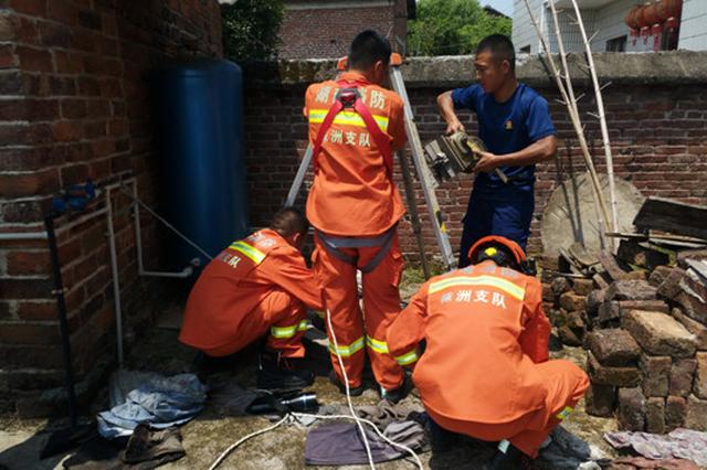 株洲七旬老人干活不慎坠井 消防队出动救援车赴现场救援