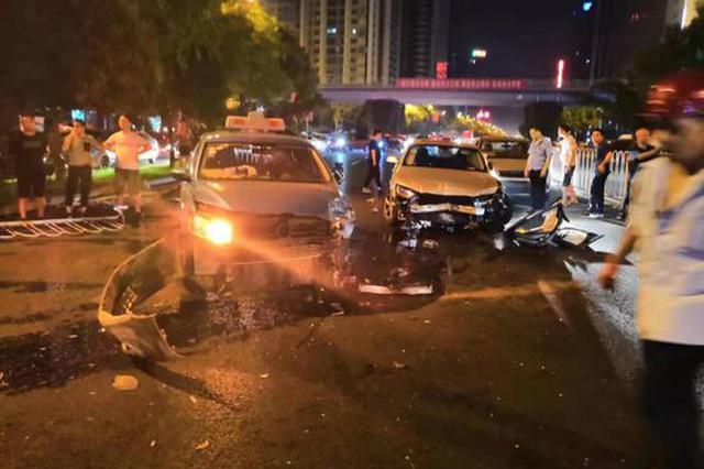 """长沙一奥迪车凌晨""""失控""""撞向对侧致 5车受损2人轻伤"""