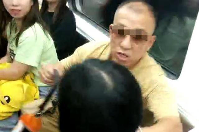 长沙地铁一老人霸座:强行将女子从座位上挤开还扬言打人