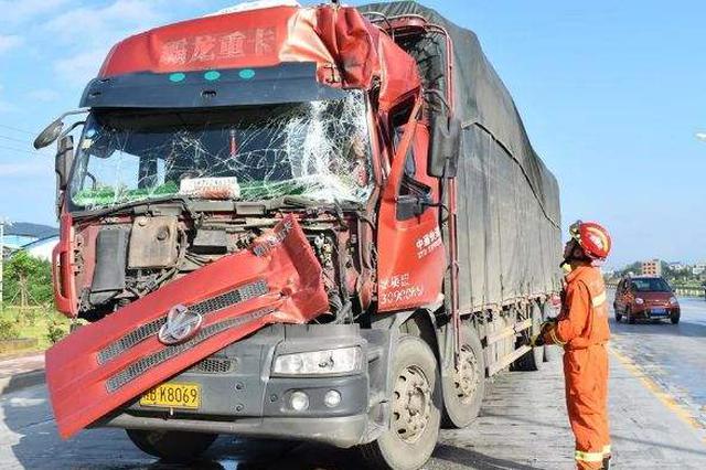 桂阳两卡车相撞 消防救出被困人员