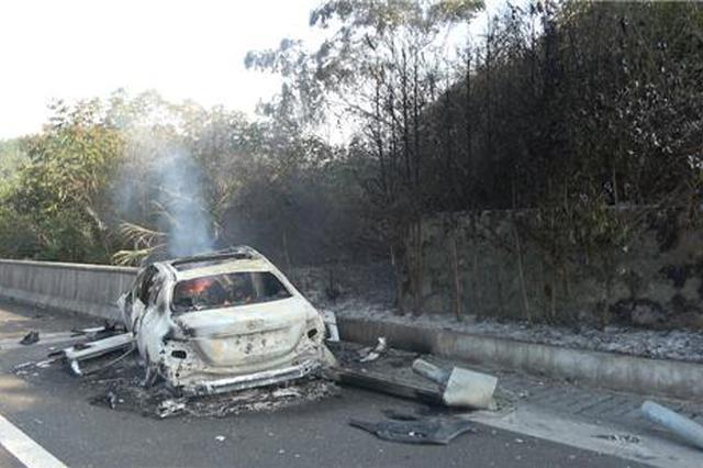 高速一轿车撞上护栏起火被烧成空壳 车上人及时逃生