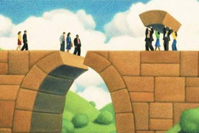 """""""桥上我修的 你不能过"""" 常德一女子拦桥堵人引发斗殴"""