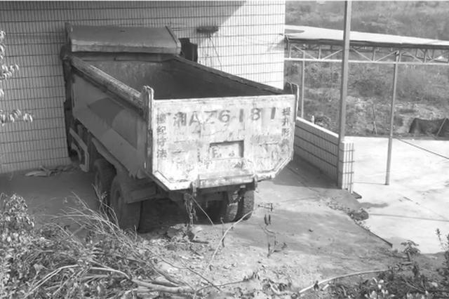 """长沙一渣土车冲进民房 嵌在墙上两个月成""""标本"""""""