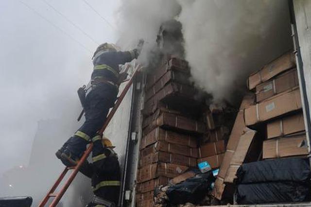 一北京开往湖南的快递车起火 13吨包裹烧为灰烬
