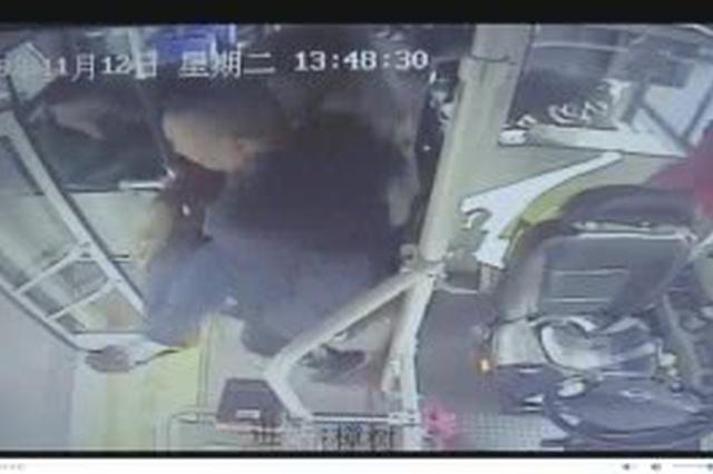 """最暖""""公主抱"""" 长沙一老人晕倒 司机抱下车急送医"""