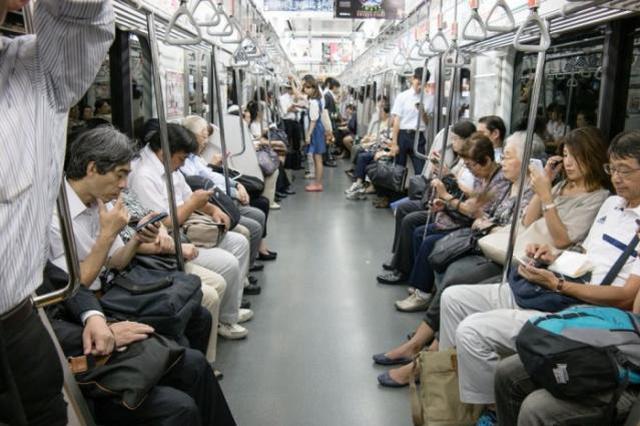 新规:今后坐地铁严禁手机外放