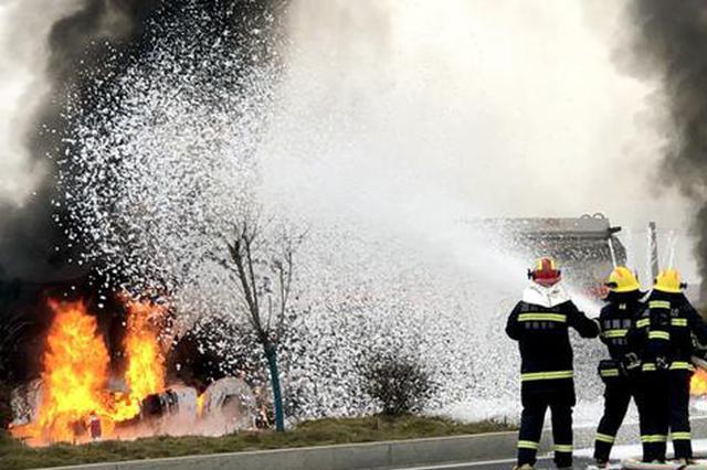 湖南石门:油罐车车头突发大火 消防15分钟灭火