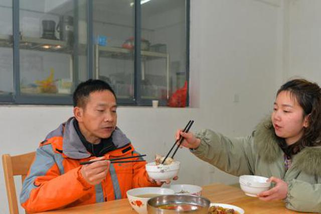 海拔1500多米的龙山岳坪峰上,国网电力职工罗绍东与女儿罗菁吃上了一顿特殊的团圆饭。