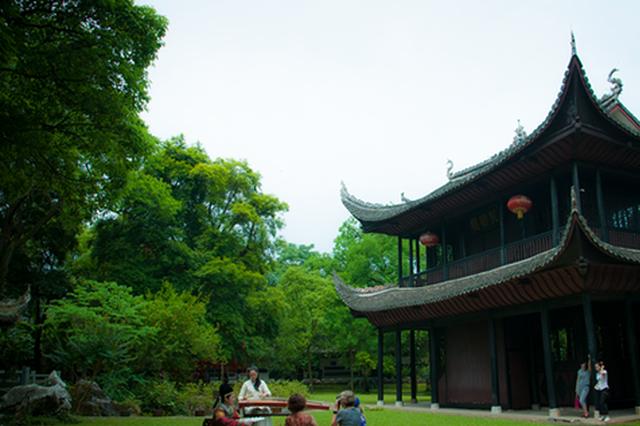 黔阳古城之春:风筝和汉服同在