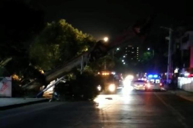 永州一房地产项目工地钻机倒塌 一名工人被压身亡