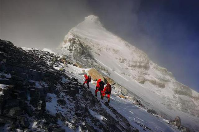 登顶!2020珠峰高程测量登山队站上喜马拉雅之巅