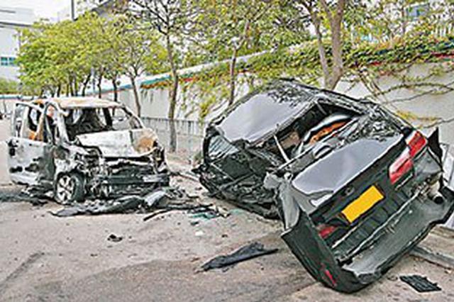 怀化一三轮车与轿车相撞,车身侧翻,司机被拦腰卡在车内