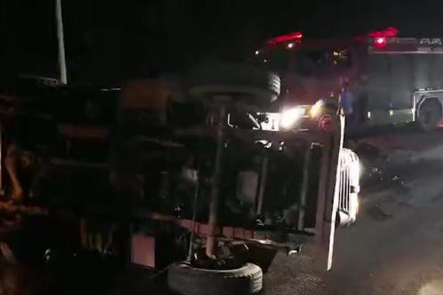 两货车相撞货横躺路面,散落了一地可燃物
