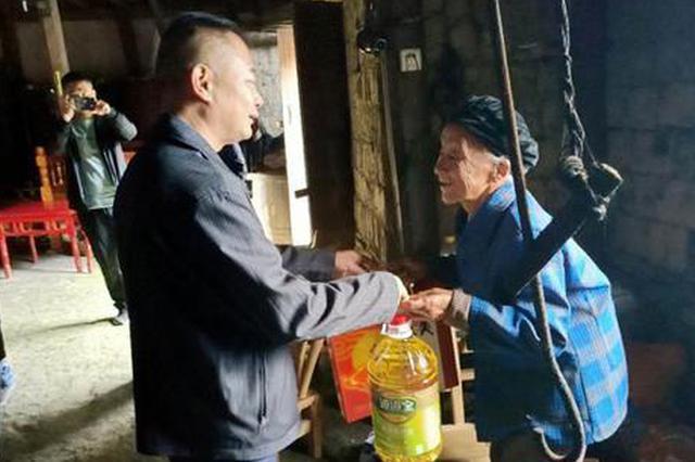 湖南省档案馆驻村工作队向新光村422户村民发放月饼