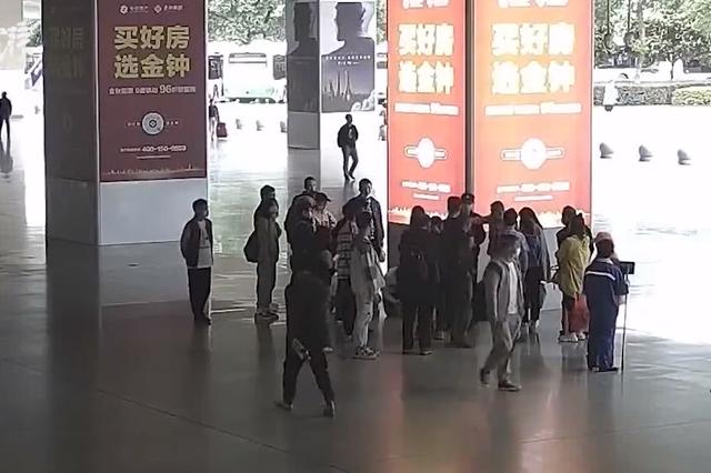 在高铁站和妈妈吵架,12岁男孩赌气跑开