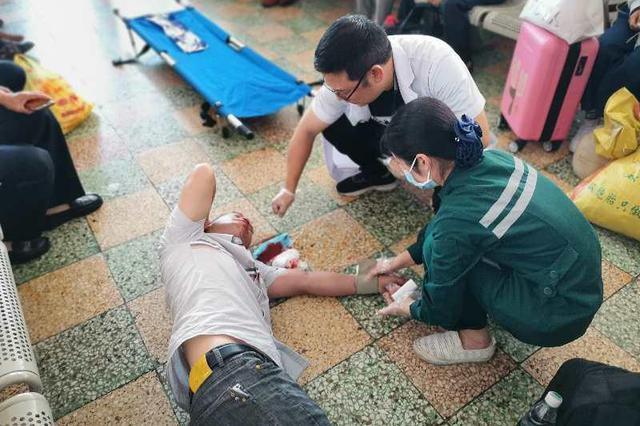 进站乘客突然吐血倒地,衡阳铁警紧急救助