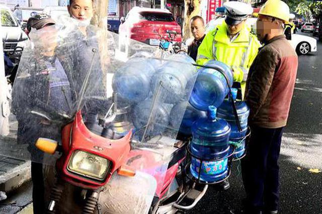 """常德一花甲老人驾驶""""三无""""摩托车被查,戴的还是工地用安全"""