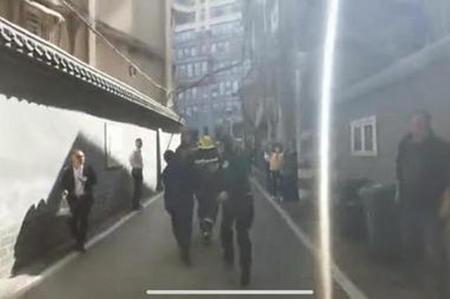 长沙芙蓉区一宿舍起火,消防员背出一名被困者