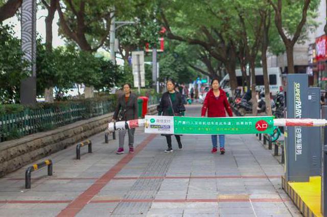 长沙一道闸起落杆截断人行道和盲道,禁止行人通行