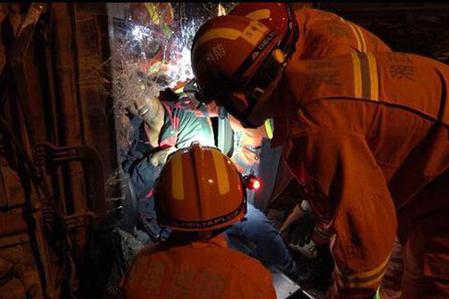 满载煤矿货车侧翻司机被卡 消防员赶到后救出
