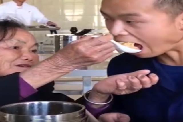 奶奶亲手包饺子,悄悄到消防队看望新入职孙儿