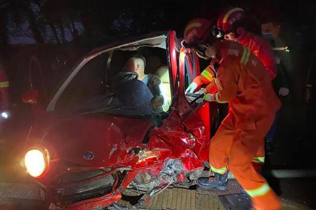 有人被困!金杯与老年电动车相撞,消防紧急救援