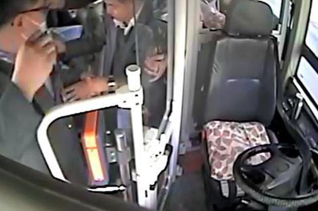 公交车内一老年乘客发病 司机立即停车并将其扶至去医院的车内