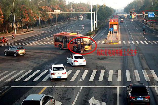 电动车闯红灯撞上公交车 受伤还要负全责