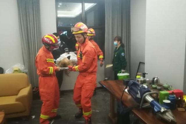 18岁女子从10楼跳下 被卡在二楼遮雨平台
