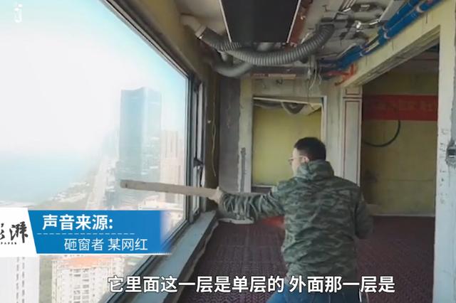 网红用木棍猛砸41楼玻璃 自信表示质量好不会碎