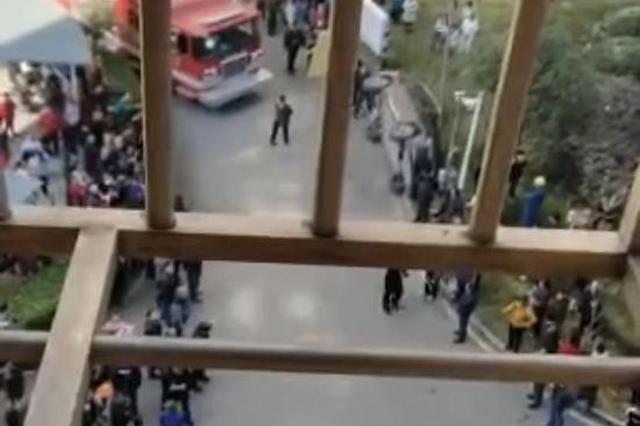 长沙一小区起火消防车受阻 居民联合掀翻挡路小车