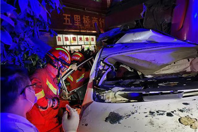 郴州一轿车被渣土车从路面挤压到绿化带造成两人被困