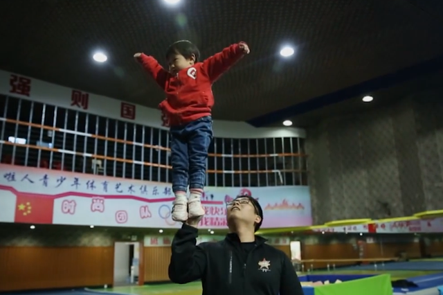 湖南2岁半女童平衡力出众 双脚站立父亲手掌上