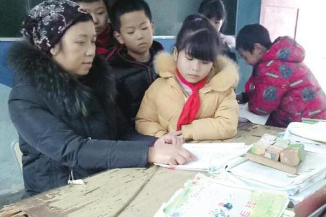"""湘西女乡村教师为不会普通话的学生辅导""""双语"""":山里孩子的"""