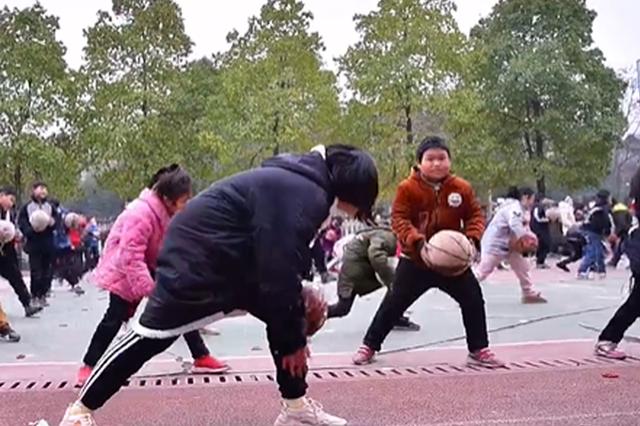 """""""不一般""""的课间操!怀化一小学自创篮球课间操"""