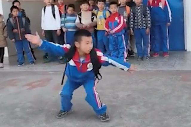 小学生下课打拳空翻跃上电瓶车,身后同学看呆