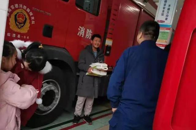 给消防员送奶茶的常德少年收到习题册了,满脸写着开心