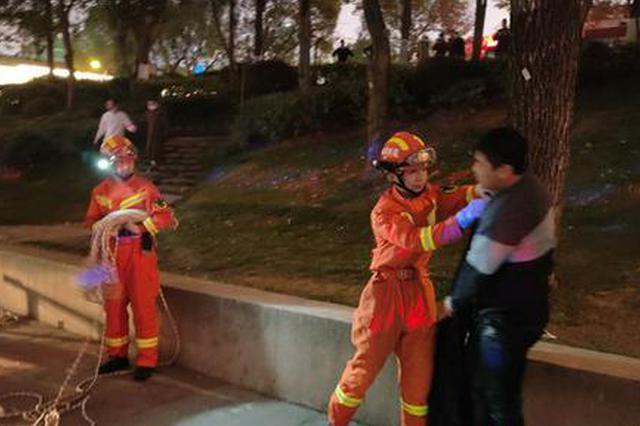 少年失足掉落橘子洲景区水域,紧急救援!