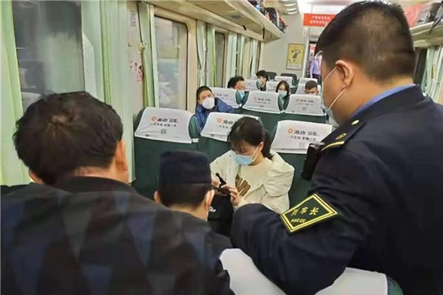 邵阳高三女生瞒着家人离家见网友 铁路工作人员苦心劝回