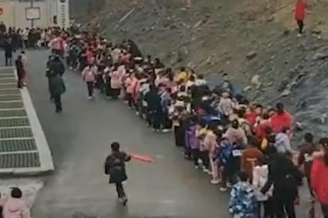 永州一小学进校门需排长队,学校回应:午休未开门,已解决
