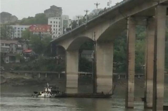 最新進展!湖南一貨車撞斷護欄后墜江,官方回應:1人失蹤1人
