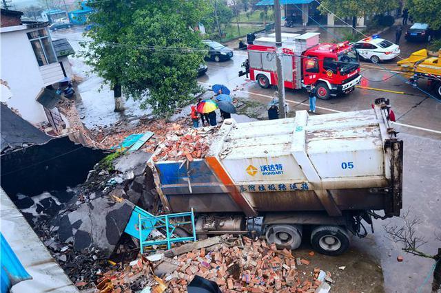 """大貨車撞倒兩層民房,現場堪比""""地震廢墟"""",消防員""""廢墟"""""""