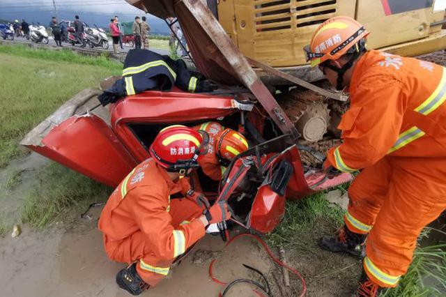 """小货车被挖机挤压变形,消防员用身体当""""履带""""救人"""