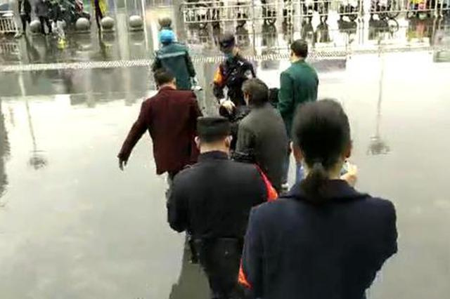 """""""赶快救人!"""" 七旬白叟进站口晕倒,怀化火车站上演抢救旅客"""