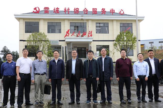 刘湘凌率队送省供销社两支驻村工作队进村到岗