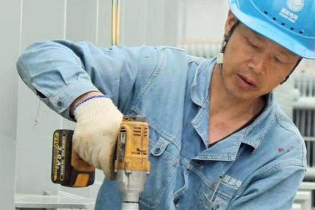"""烈日下抢施工进度主变增容 为夏季用电高峰""""减压"""""""